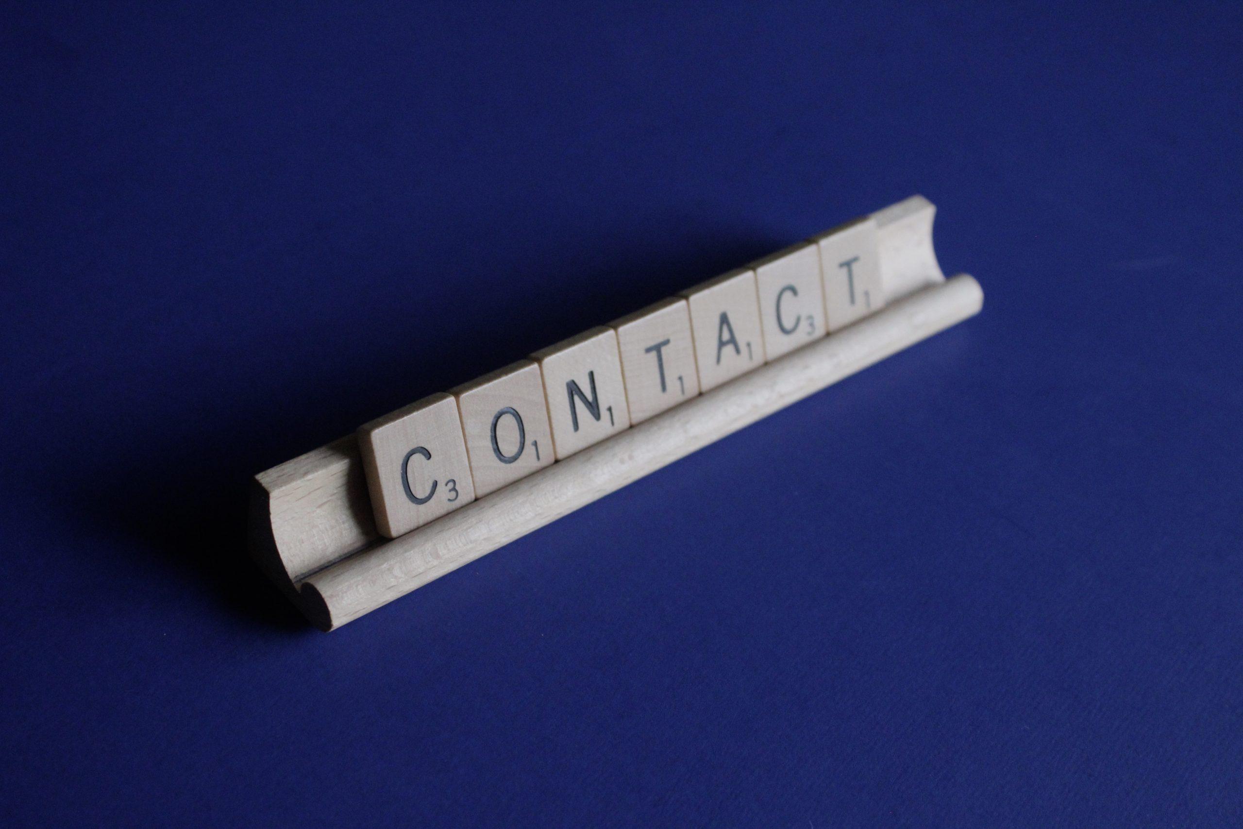木製のプレートを組み合わせて「contact」の単語が作られている。