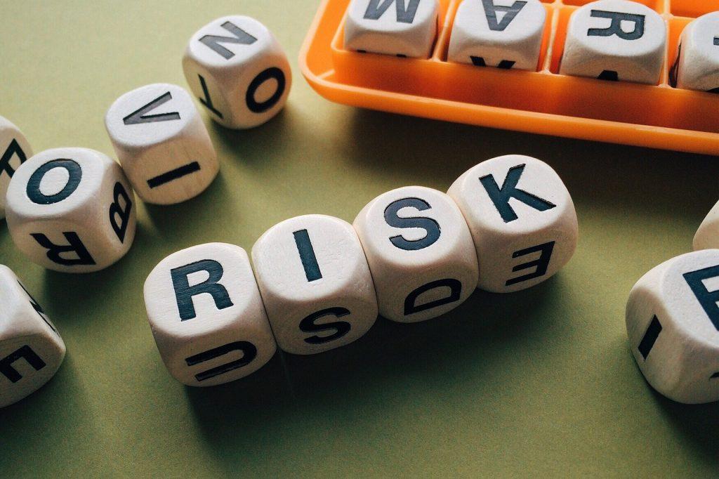 リスクのイメージ。ブロックにアルファベットが刻まれていて、「RISK」となるように並べられている。