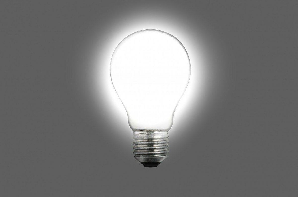ポイントやコツのイメージ。豆電球が光り輝いている。