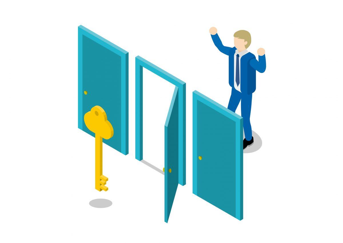 三つのドアが並び、中央のドアが開けられている。その後ろには鍵があり、ドアを開けた男性は、両手を挙げ喜びを表現している。