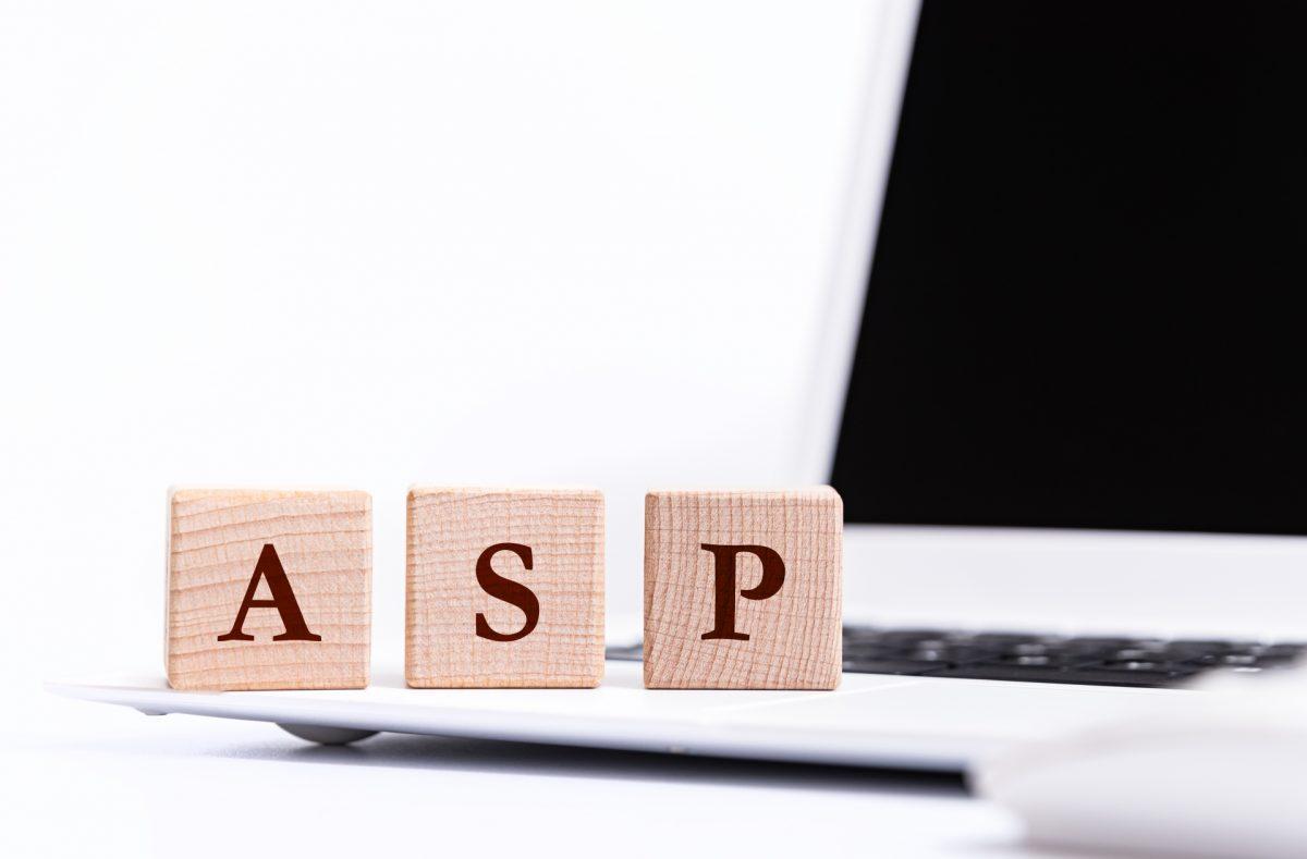 ノートPCを背景に、木製のブロックでASPと並べられている。