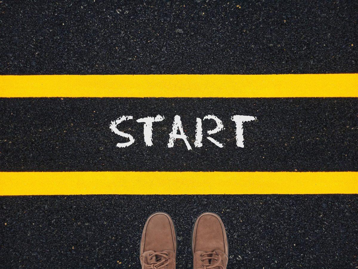 STARTと書かれたラインの手前に、人が立っている。