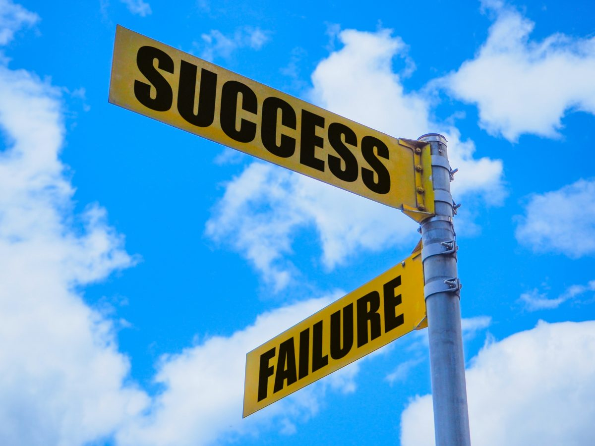 「SUCCESS」と「FAILURE」と表示された案内板の画像。
