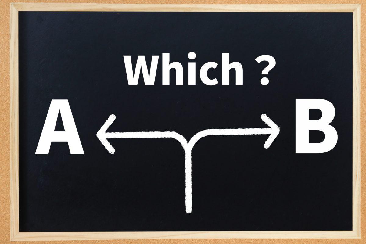 黒板にAとBと書かれている。その中央には「Which?」と書かれている。