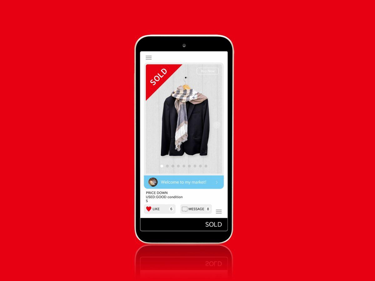 フリマアプリのイメージが、スマホ画面に映し出されている。