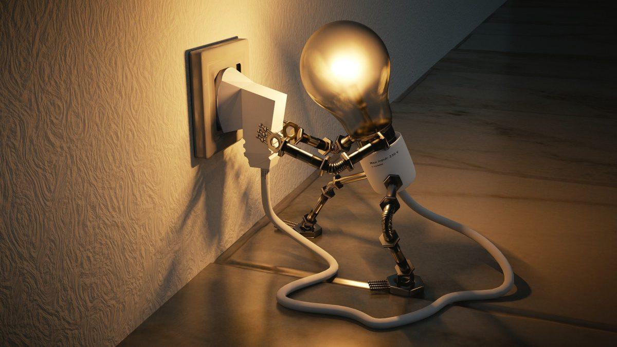 人型の電球が、自分で自分のプラグをコンセントに差し込んでいる。