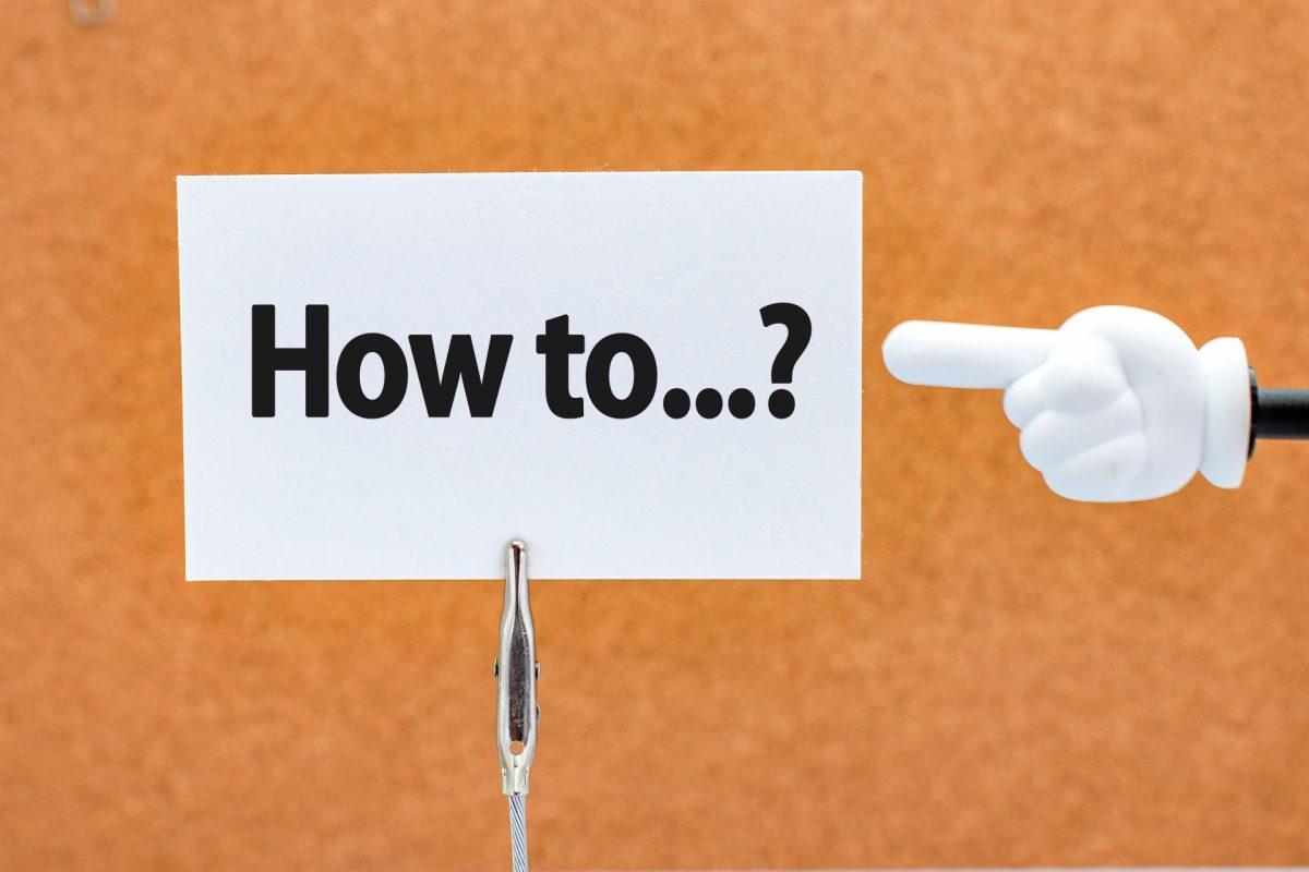 how toと書かれた紙を、指さし棒で指している。