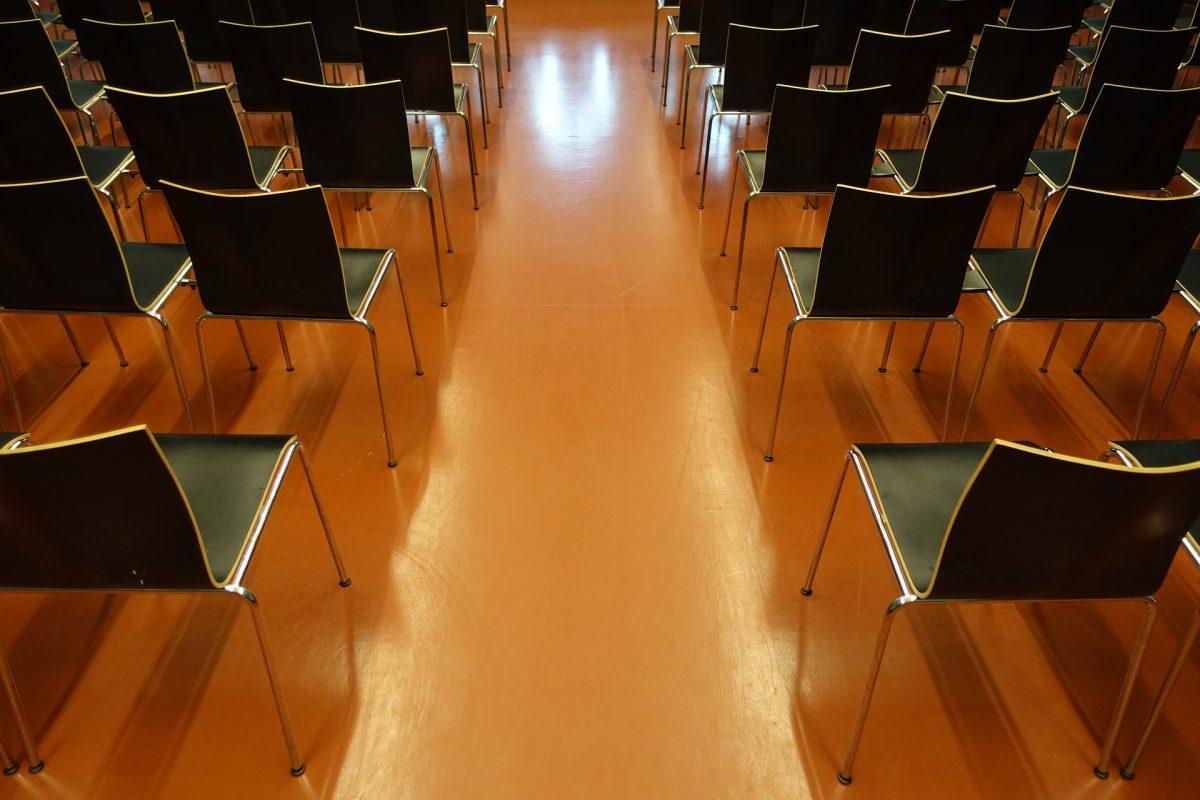 会場に椅子が並べられている