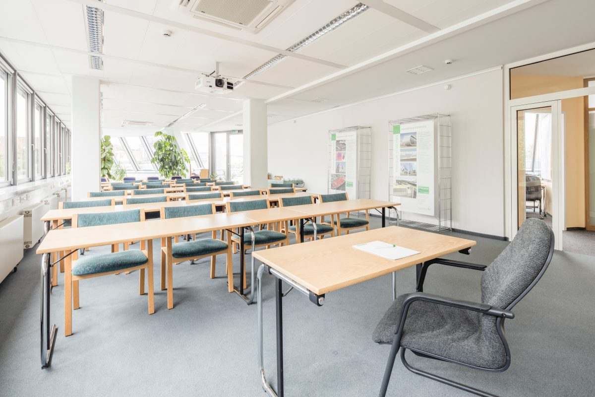 机と椅子がたくさん並べられた部屋