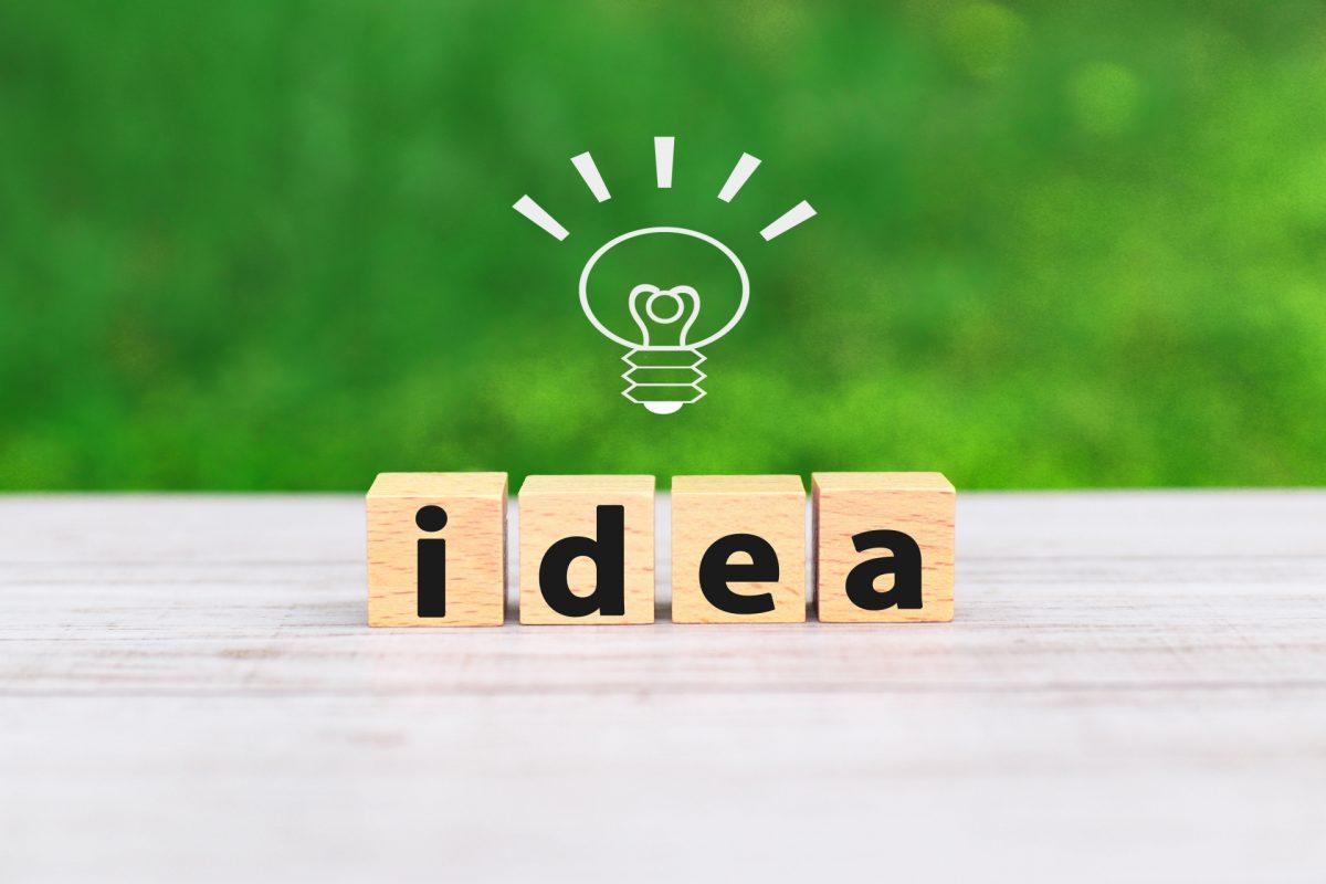 ideaと書かれたブロックの上に電球が浮かんでいる