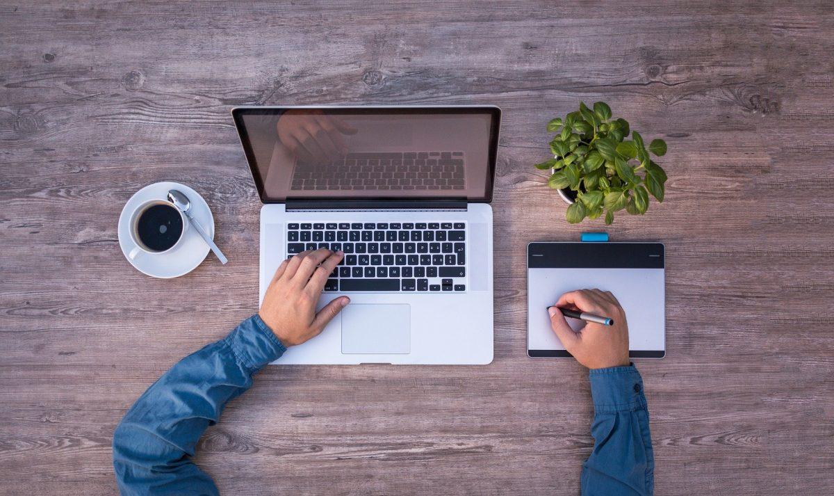 パソコンにタッチペンで何かを書き込む男性