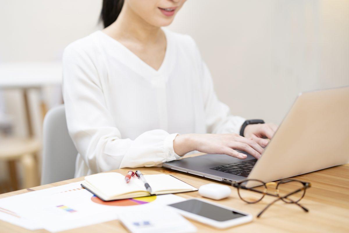 カジュアルな空間でパソコン作業をする女性