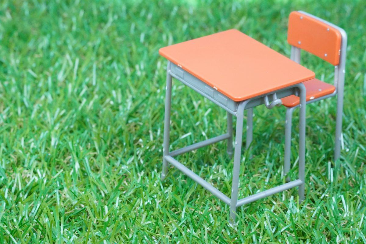 芝生に置かれた机
