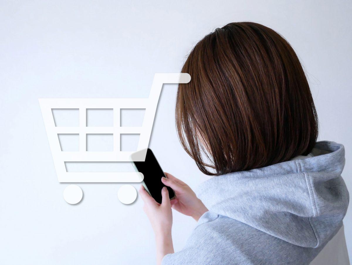 オンラインショッピングをする女性
