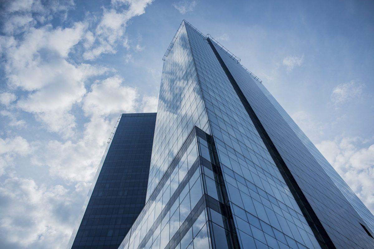空を背景に大きなビルが建っている