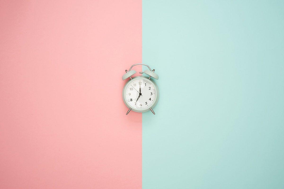 小さな目覚まし時計が中央に置かれている