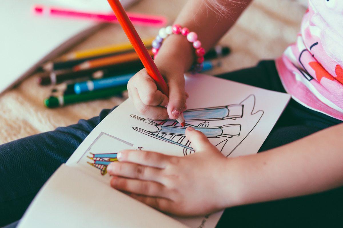 イラストを描いている女の子