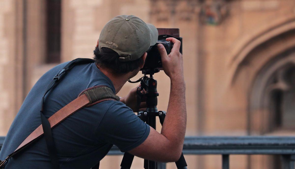 撮影をしている男性