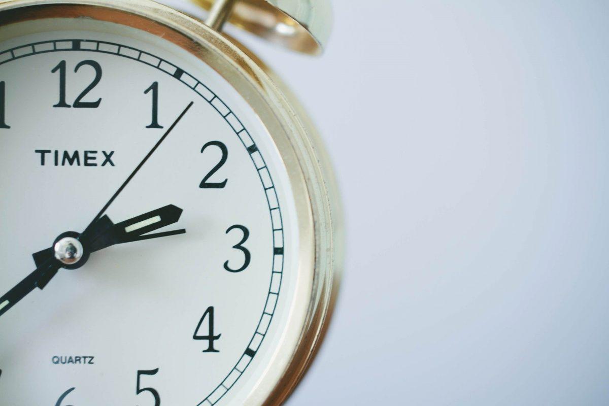 接写した目覚まし時計が左端に写っている