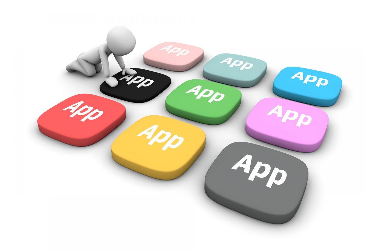 大きなアプリのボタンを押す人