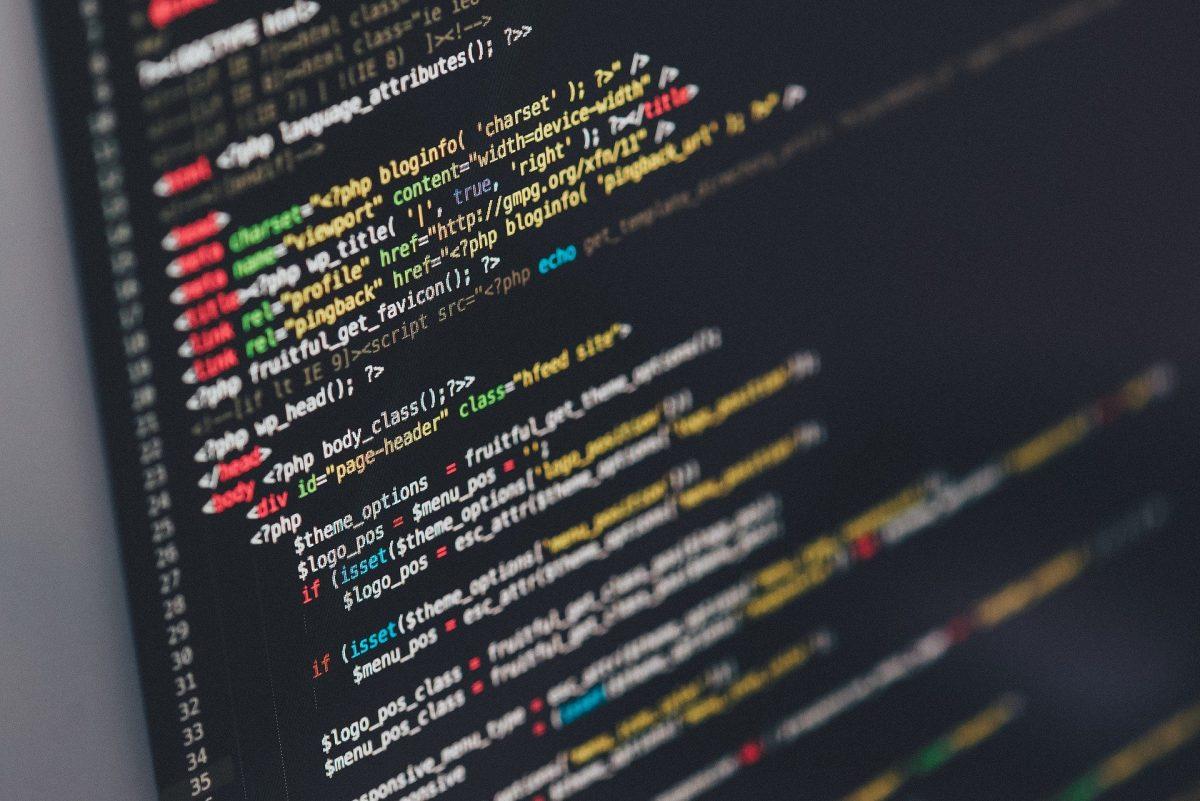 プログラミングのコードが画面に表示されてい