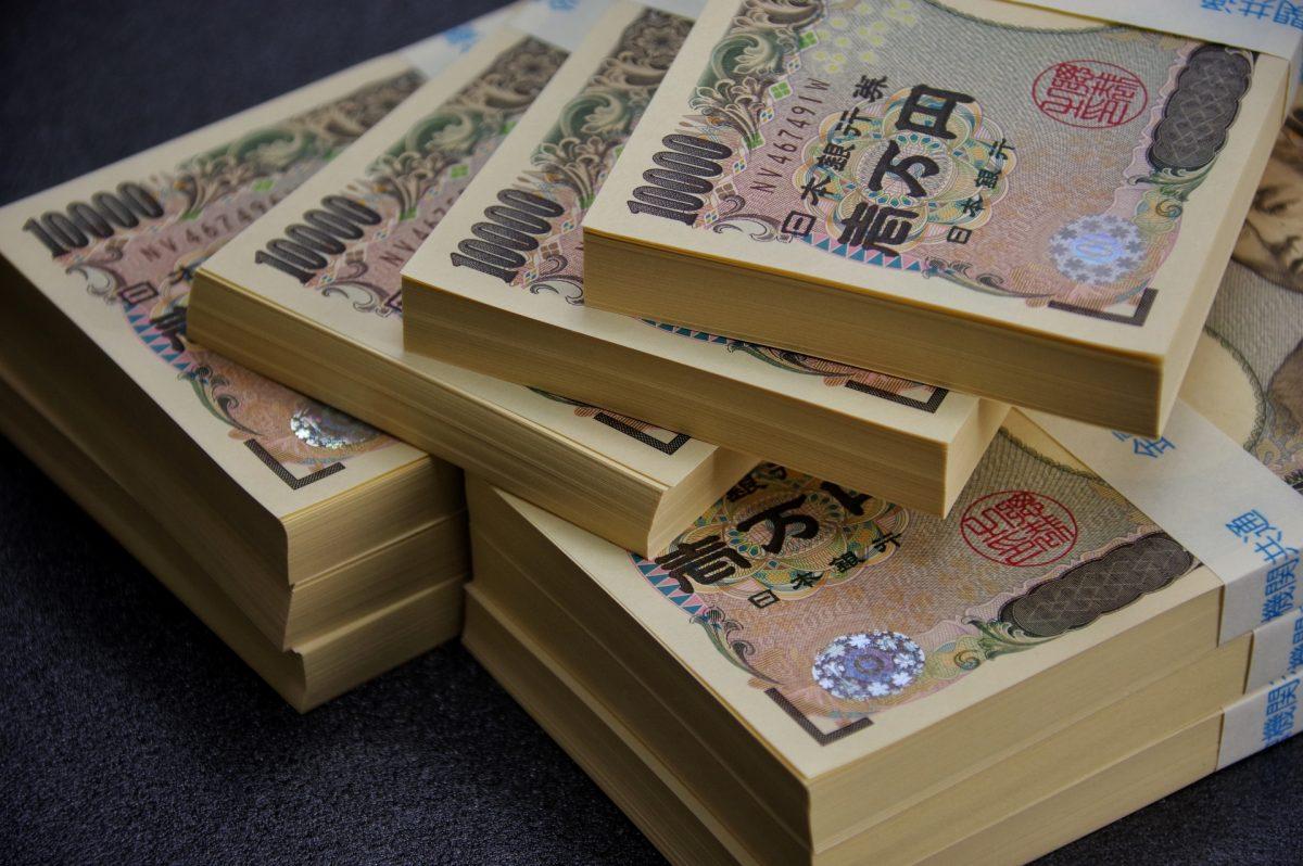 一万円の札束が積まれている