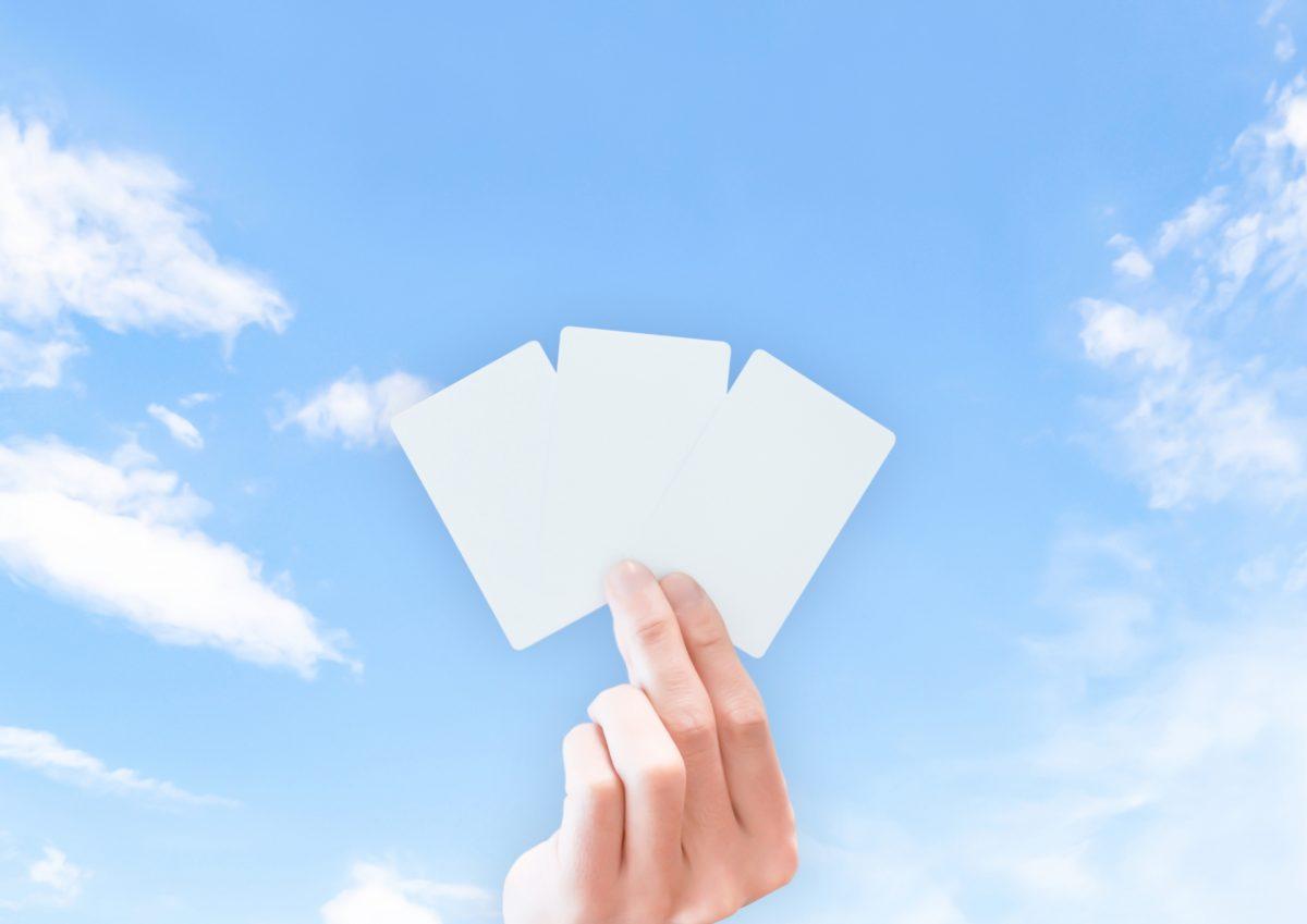 3枚のカードを持つ手